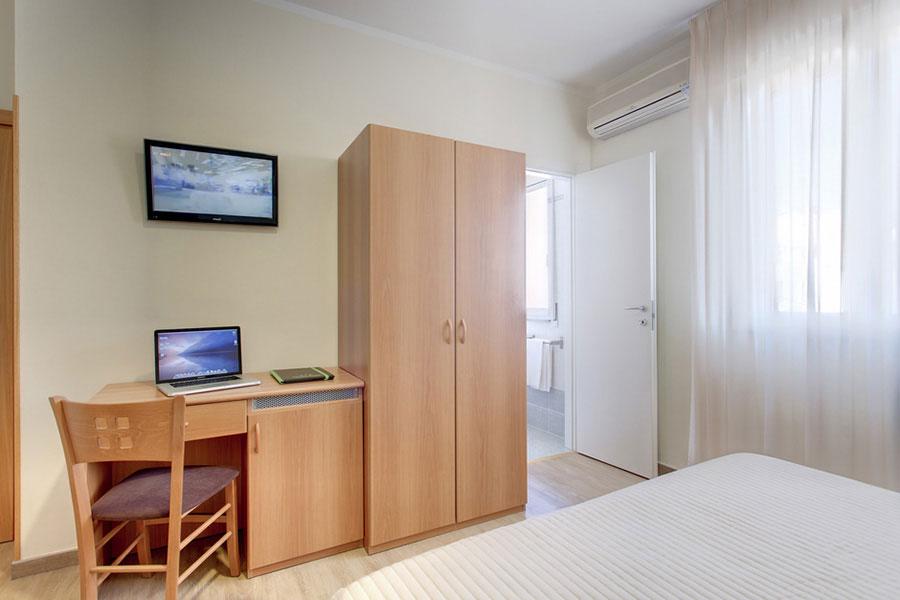 Hotel a Lido di Camaiore, particolare camera da letto dell' hotel Biagi