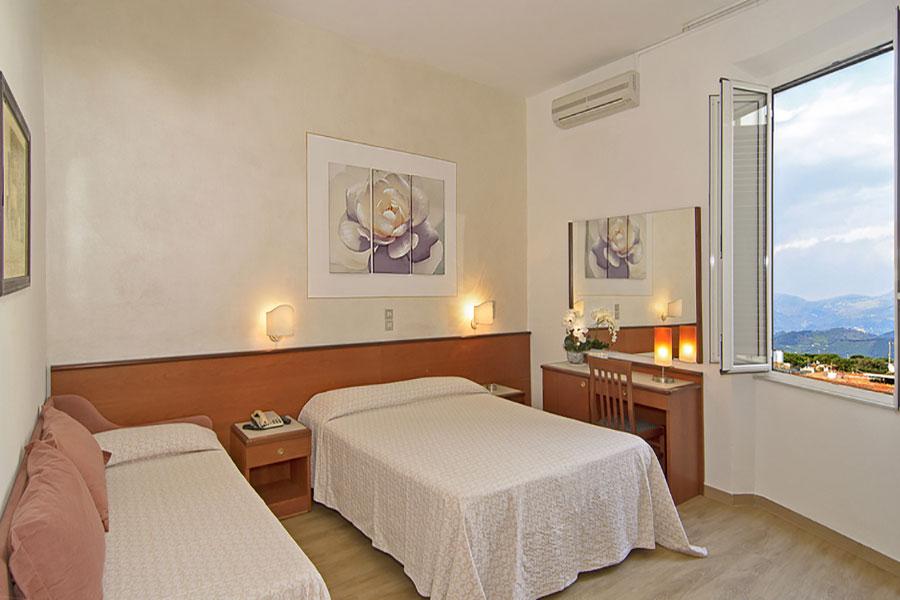 Hotel a Lido di Camaiore, camera tripla dell' hotel Biagi