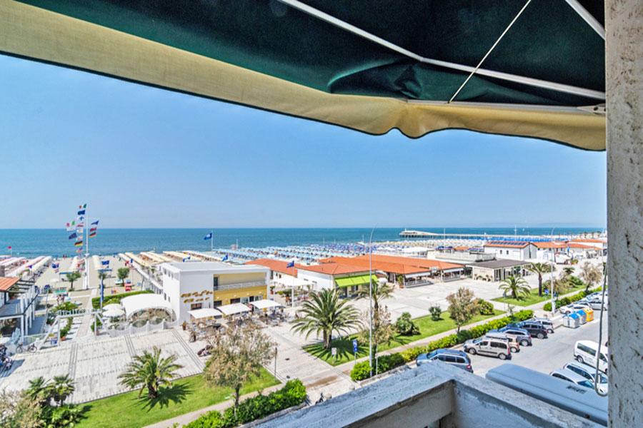 Hotel a Lido di Camaiore, balcone camera matrimoniale dell' hotel Biagi