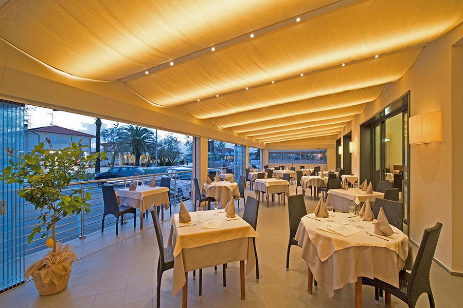 hotel a lido di Camaiore, veranda illuminata hotel Giulia