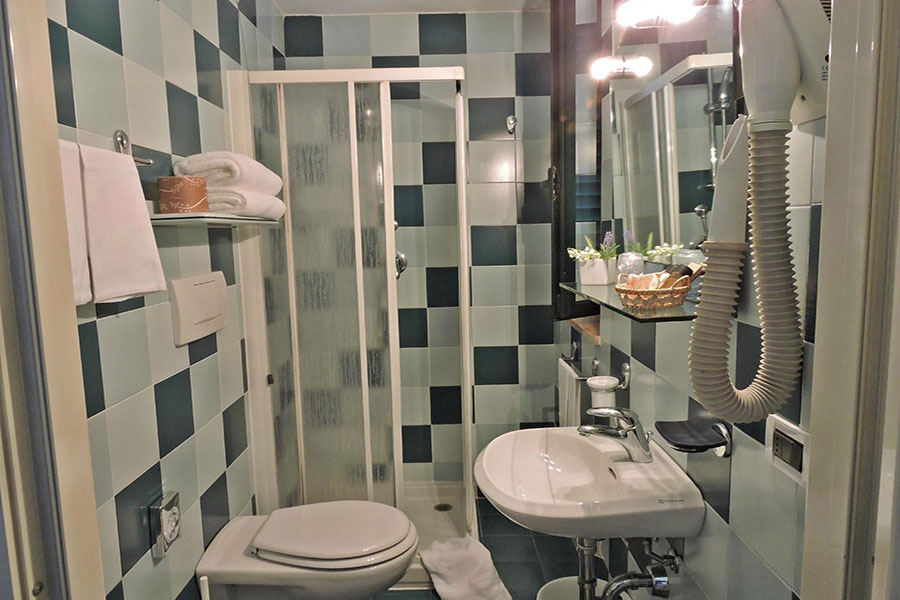 Hotel a Lido di Camaiore, bagno a doccia Hotel Villa Toscana