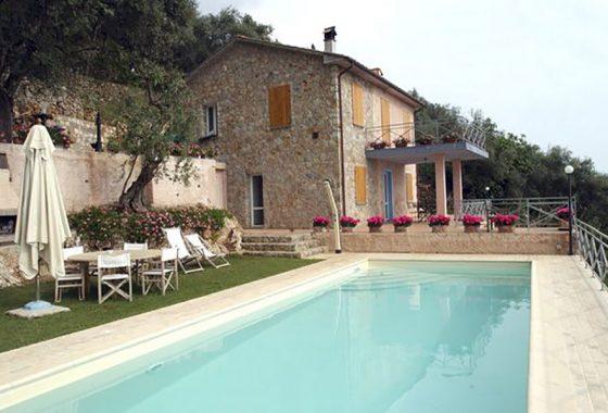 villa con piscina, villa vista mare sulla collina di Pietrasanta